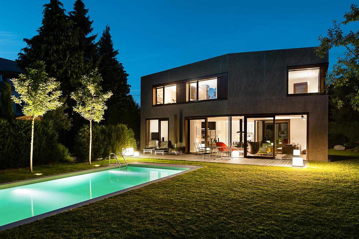 Architektenhaus München Designerlampen im Garten